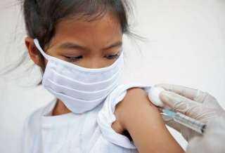 الصحة : سيتم النزول بأعمار الأطفال في تلقي اللقاح تدريجياً